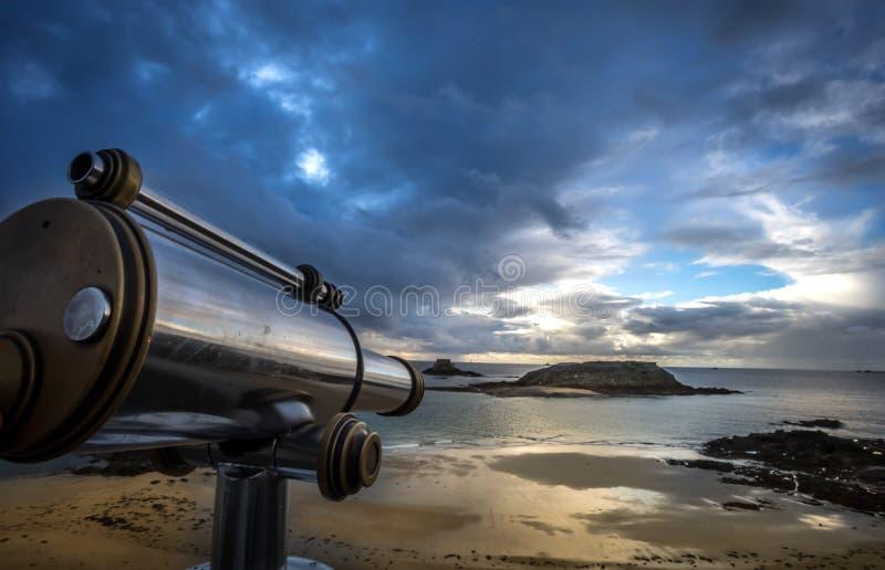 Viseur au rempart de Saint Malo image stock