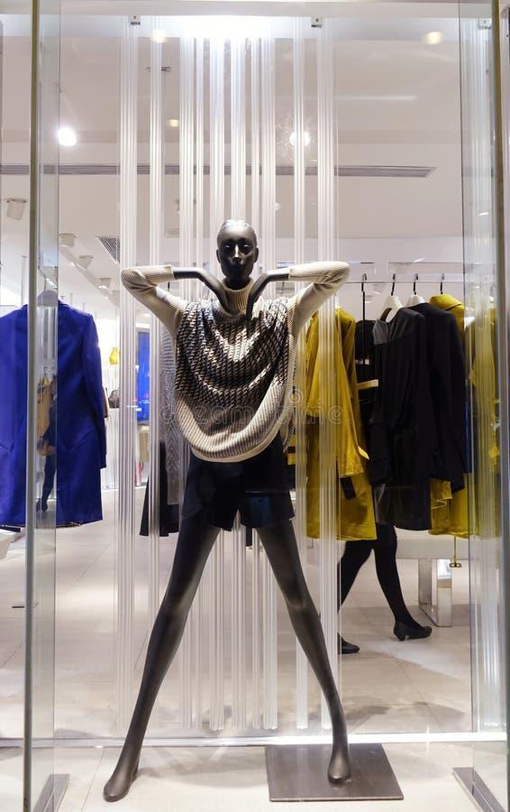 Viseur de boutique avec le mannequin noir photographie stock