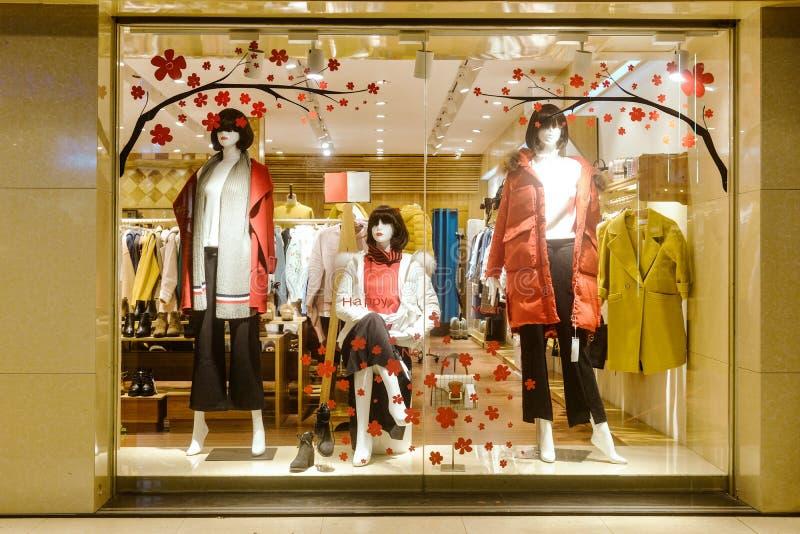Viseur de boutique de mode avec des mannequins photo libre de droits