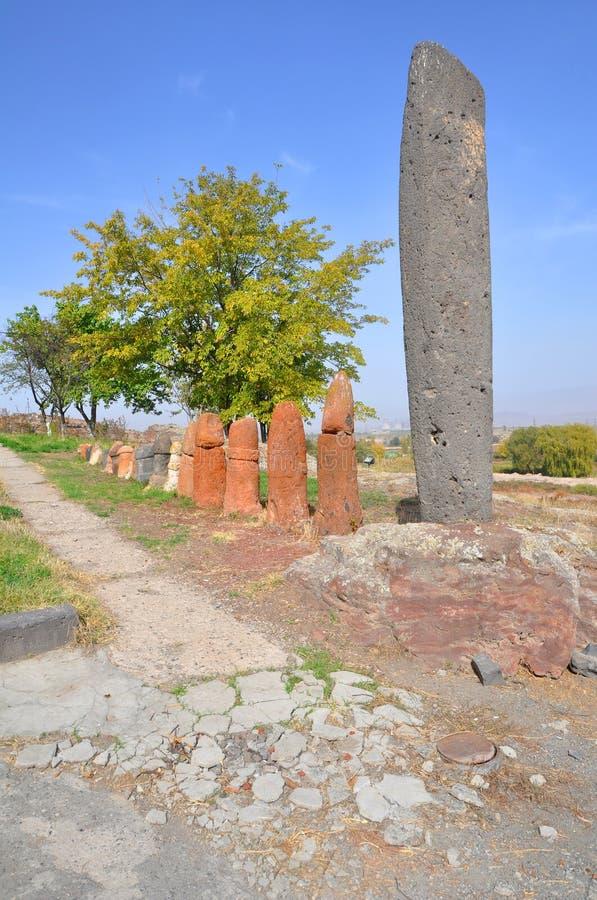 Vishap-Steine und phallische Symbole entdeckt während der Aushöhlungen in Metsamor Jahrtausend II BC armenien lizenzfreies stockfoto