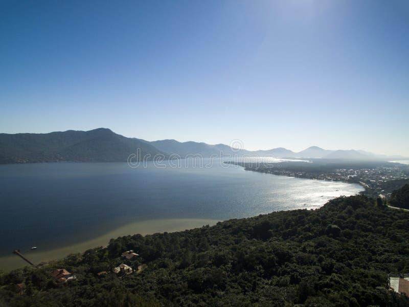 Visión aérea Barra da Lagoa Beach en Florianopolis, el Brasil Julio, foto de archivo