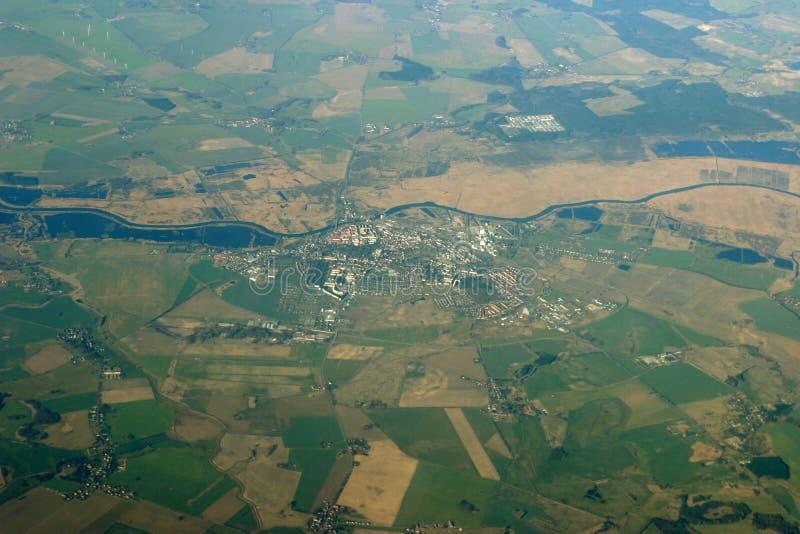Visión aérea - ciudad, campos y río fotos de archivo libres de regalías