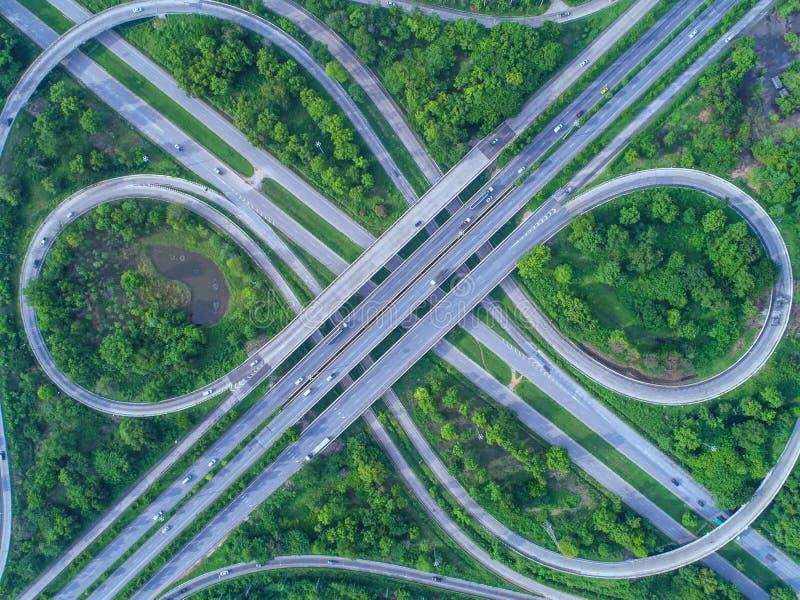 Visión aérea, cruce giratorio del camino, autopista con las porciones del coche en el ci fotos de archivo libres de regalías
