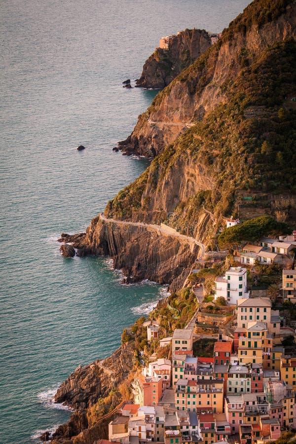 Visión aérea de Riomaggiore y vía amore del ` del dell imagen de archivo