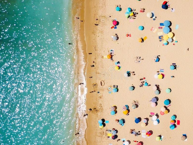 Visión aérea desde el abejón del vuelo de la muchedumbre de la gente que se relaja en la playa fotografía de archivo libre de regalías