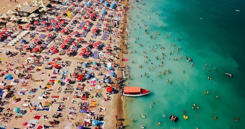 Visión aérea desde el abejón del vuelo de la muchedumbre de la gente que se relaja en la playa de Costinesti en Rumania imagen de archivo