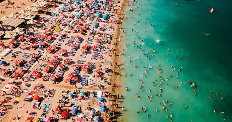 Visión aérea desde el abejón del vuelo de la muchedumbre de la gente que se relaja en la playa de Costinesti en Rumania imágenes de archivo libres de regalías