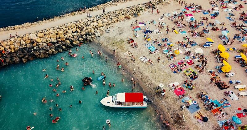 Visión aérea desde el abejón del vuelo de la muchedumbre de la gente que se relaja en la playa de Costinesti en Rumania foto de archivo
