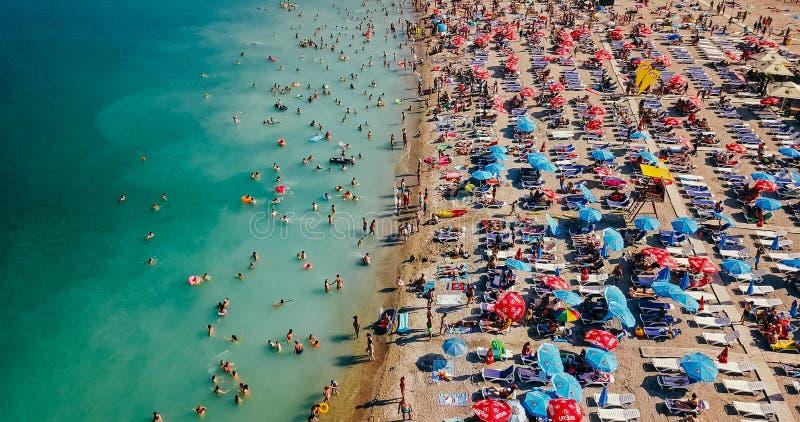 Visión aérea desde el abejón del vuelo de la muchedumbre de la gente que se relaja en la playa de Costinesti en Rumania fotos de archivo