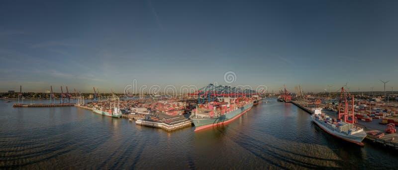Visión aérea desde el puerto de Hamburgo en la puesta del sol fotos de archivo libres de regalías