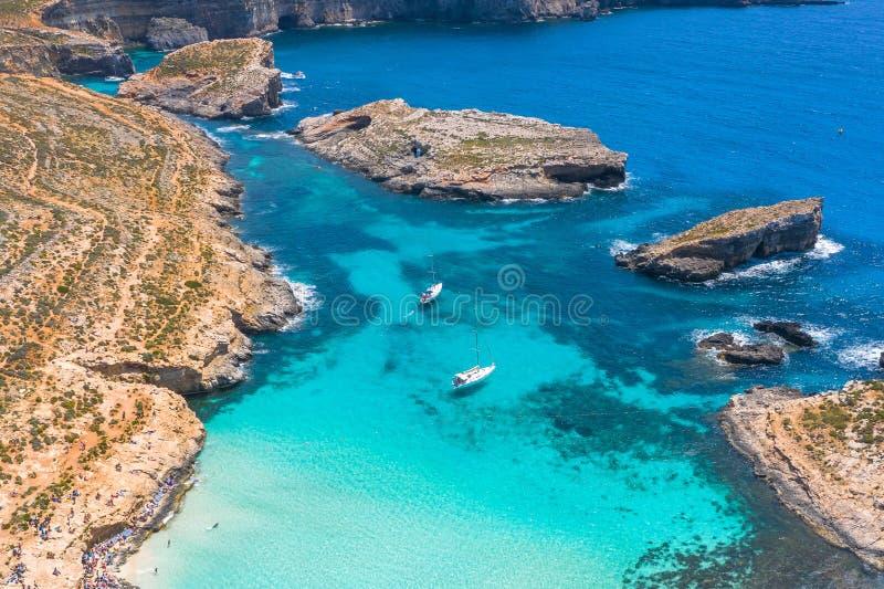Visión aérea desde la altura de la laguna azul divina en la isla de Comino Malta foto de archivo libre de regalías