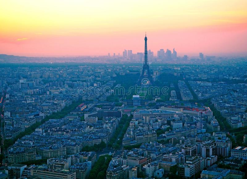 Visión aérea, desde la torre de Montparnasse en la puesta del sol, la vista de la torre Eiffel y el distrito de la defensa del La imagen de archivo