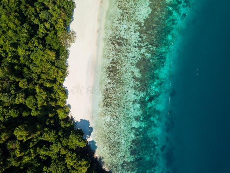 Visión aérea desde un abejón de la isla hermosa de Nyaung Oo Phee en s fotos de archivo libres de regalías
