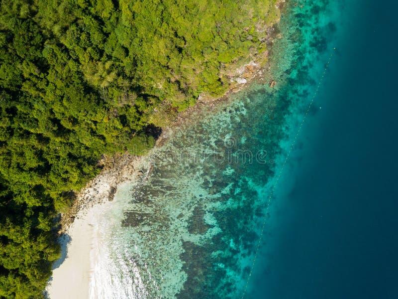 Visión aérea desde un abejón de la isla hermosa de Nyaung Oo Phee en s imágenes de archivo libres de regalías