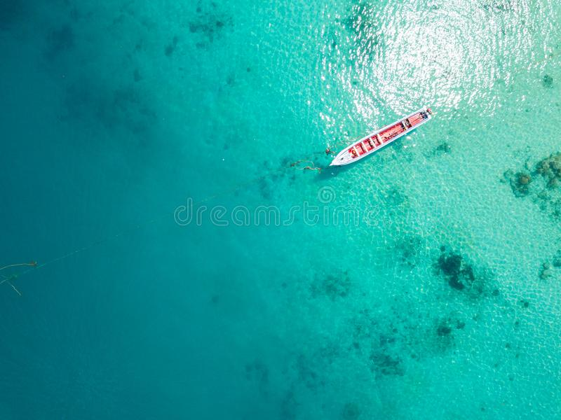 Visión aérea desde un abejón de la isla hermosa de Nyaung Oo Phee en s fotografía de archivo