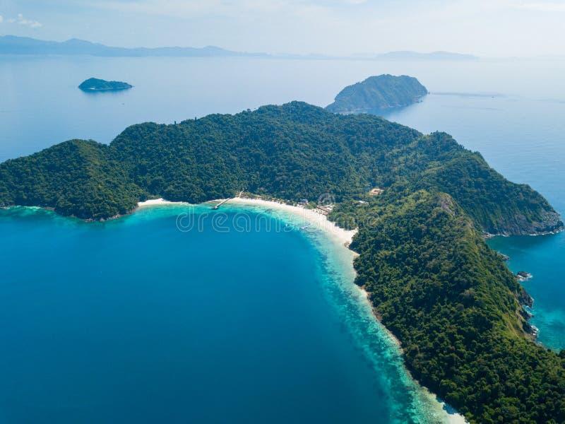 Visión aérea desde un abejón de la isla hermosa de Nyaung Oo Phee en s foto de archivo libre de regalías