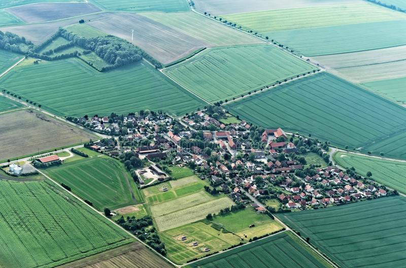 Visión aérea desde un pequeño aeroplano 900 metros sobre nivel del mar de un suburbio del pueblo de Salzgitter, Alemania foto de archivo libre de regalías