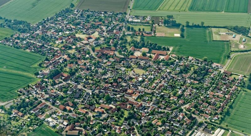 Visión aérea desde un pequeño avión 900 metros sobre nivel del mar de un distrito de Salzgitter, Alemania imagen de archivo libre de regalías