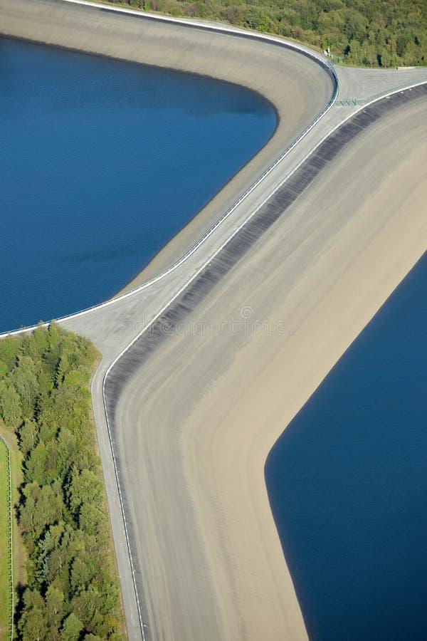 Visión aérea: Detalle de una presa con 2 lagos imagenes de archivo