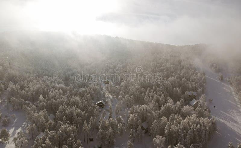 Visión aérea en la montaña del invierno fotografía de archivo