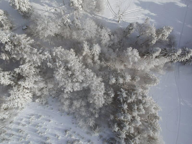 Visión aérea en la montaña del invierno imagenes de archivo