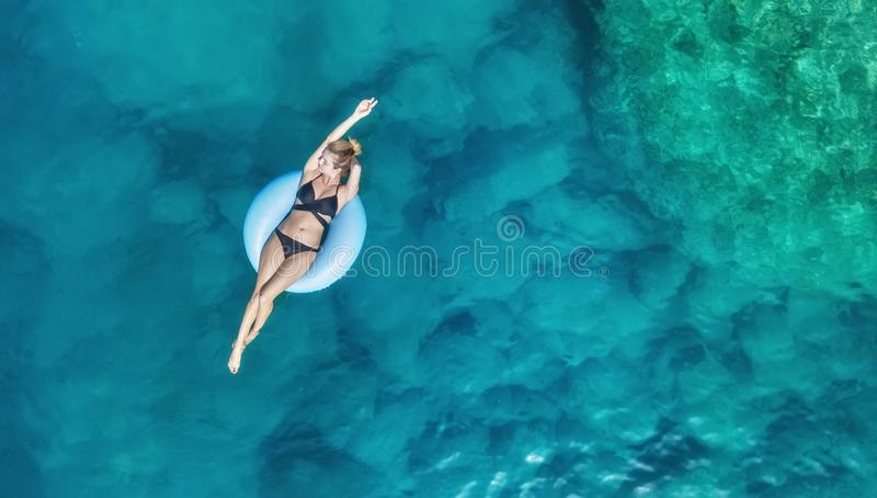 Visión aérea en la muchacha en el mar Agua de la turquesa del aire como fondo del aire imagen de archivo