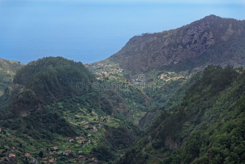 Visión aérea en las colinas en el condado de Faial en la isla portuguesa de Madeira imagen de archivo libre de regalías