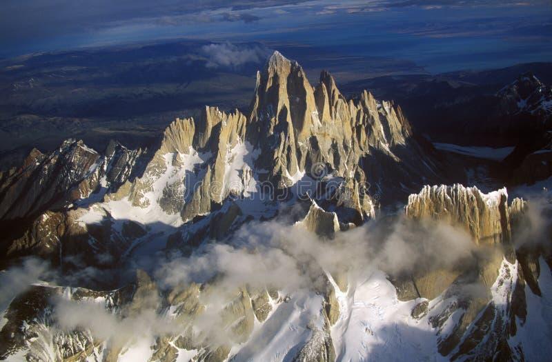 Visión aérea en 3400 metros del soporte Fitzroy, gama de Cerro Torre y montañas de los Andes, Patagonia, la Argentina imagenes de archivo