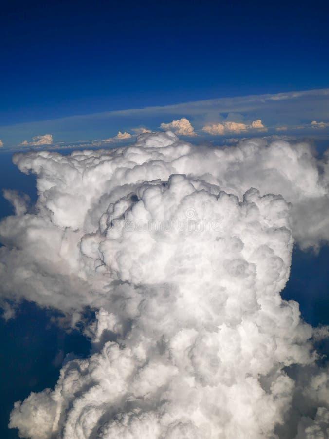 Visión aérea espectacular desde las nubes blancas de la ventana del aeroplano, hermosas, únicas y pintorescas con el fondo profun imagen de archivo libre de regalías