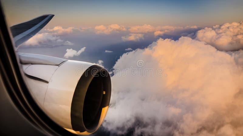 Visión aérea hermosa a través de la ventana del aeroplano comercial imagen de archivo