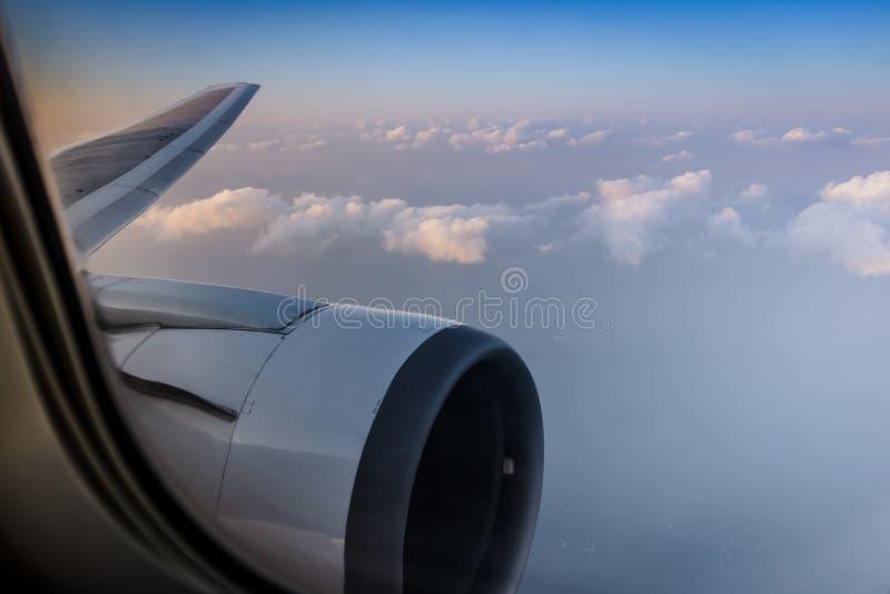 Visión aérea hermosa a través de la ventana del aeroplano comercial fotos de archivo