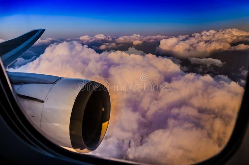Visión aérea hermosa a través de la ventana del aeroplano comercial imagenes de archivo