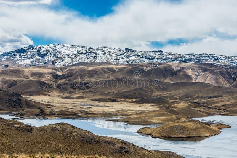 Visión aérea Lagunillas los Andes peruanos en Puno Perú imagenes de archivo