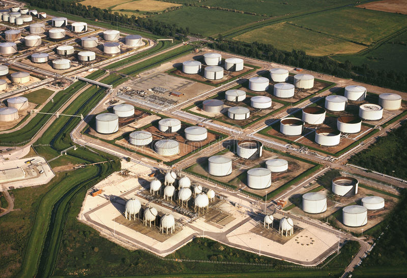 Visión aérea - los tanques de almacenamiento de la refinería de petróleo imagenes de archivo