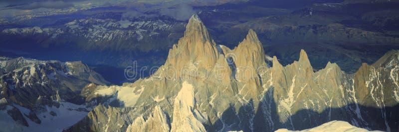 Visión aérea panorámica en 3400 metros del soporte Fitzroy, gama de Cerro Torre y montañas de los Andes, Patagonia, la Argentina fotografía de archivo libre de regalías