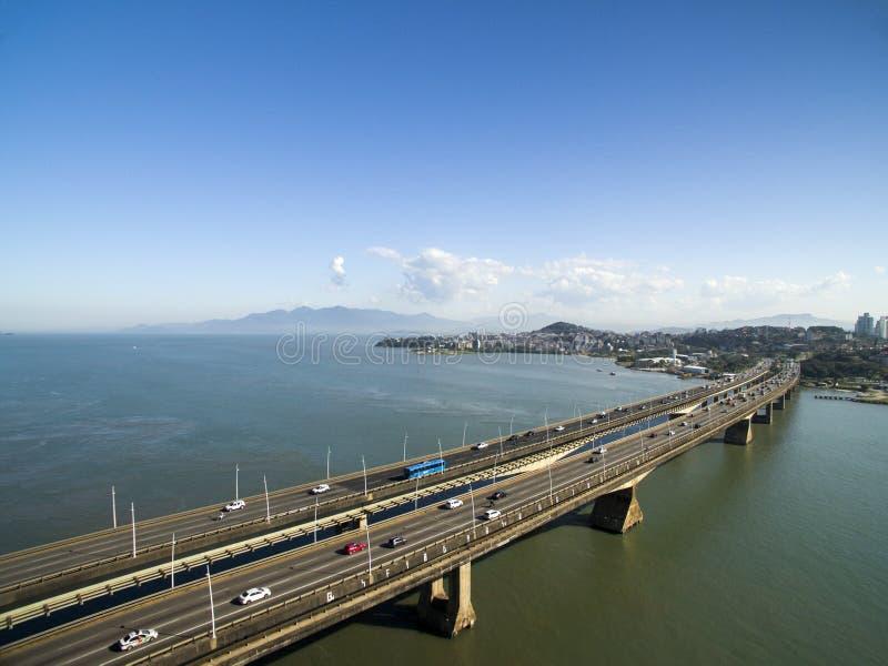 Visión aérea Pedro Ivo Campos Bridge en Florianopolis Santa Catarina En julio de 2017 fotos de archivo