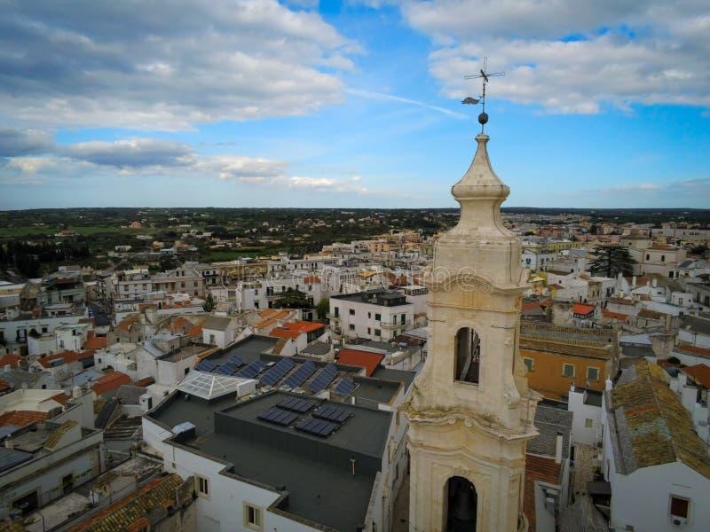 Visión aérea por el abejón del Belltower de la iglesia de la natividad en la ciudad de Noci, cerca de Bari, en Italia fotos de archivo libres de regalías