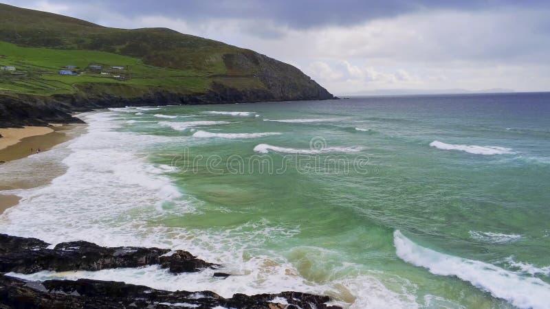 Visión aérea sobre el agua del océano de la turquesa en la costa oeste irlandesa fotos de archivo libres de regalías