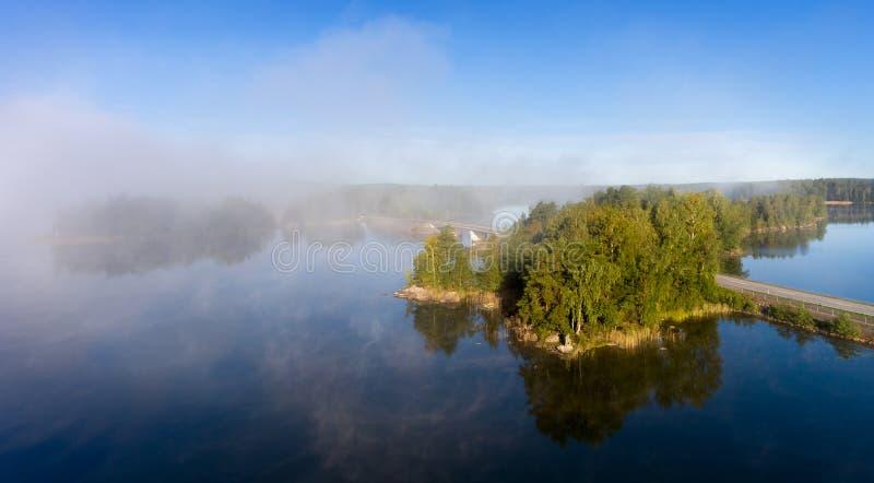Visión aérea sobre el lago tranquilo en niebla de la mañana imágenes de archivo libres de regalías