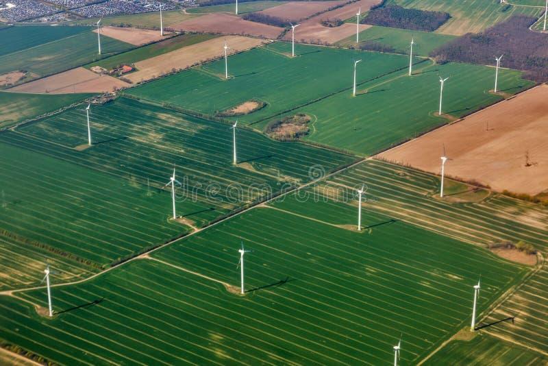 Visión aérea sobre granja de la turbina del molino de viento fotografía de archivo libre de regalías