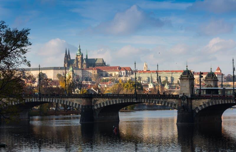 Visión aérea sobre iglesia de nuestra señora antes de Tyn, de la ciudad vieja y del castillo de Praga en la puesta del sol en Pra fotos de archivo