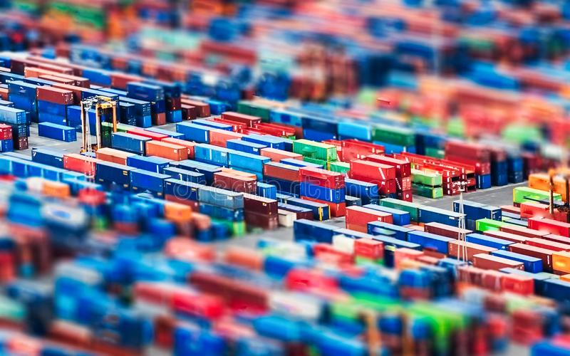 Visión aérea sobre los contenedores apilados en un por comercial imágenes de archivo libres de regalías