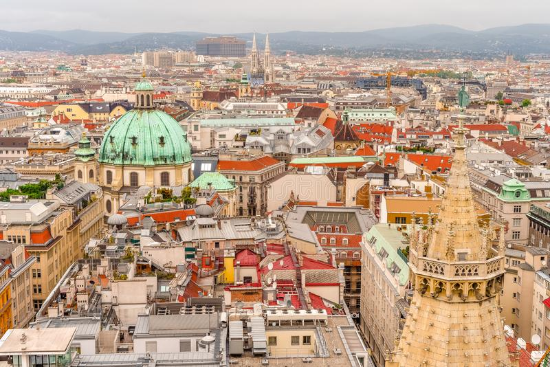 Visión aérea sobre los tejados de Viena de la catedral del St Stephen, Austria imagenes de archivo