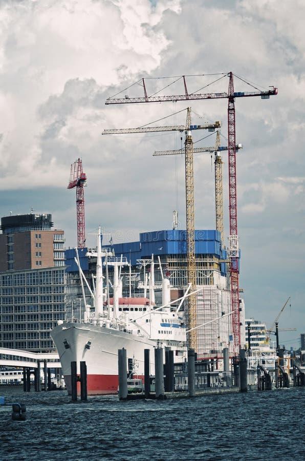 Visión al puerto y en Hamburgo fotografía de archivo