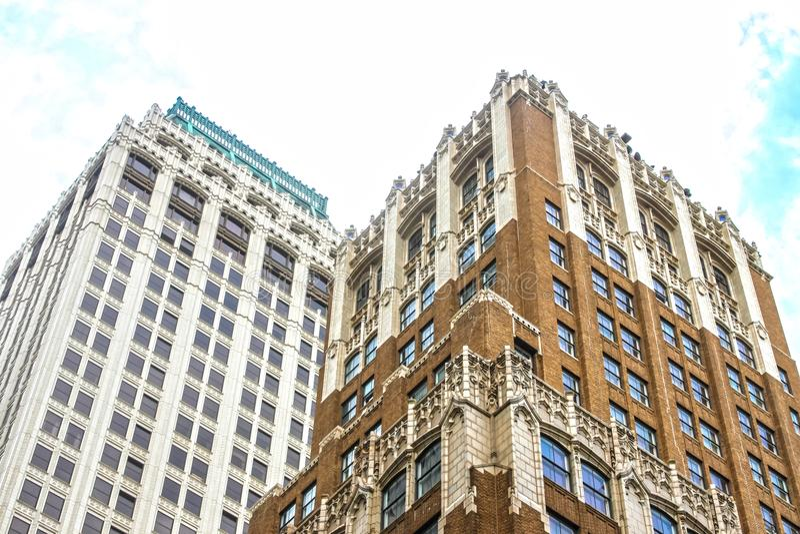 Visión angulosa para arriba en los edificios de oficinas altos viejos adornados del nivel de la calle imagen de archivo libre de regalías