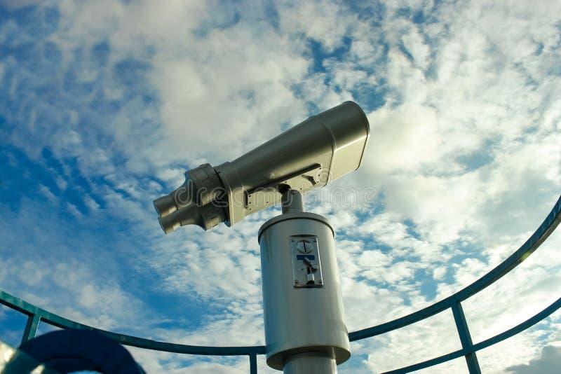 Visión ascendente cercana binocular en el cielo azul en el fondo imagenes de archivo