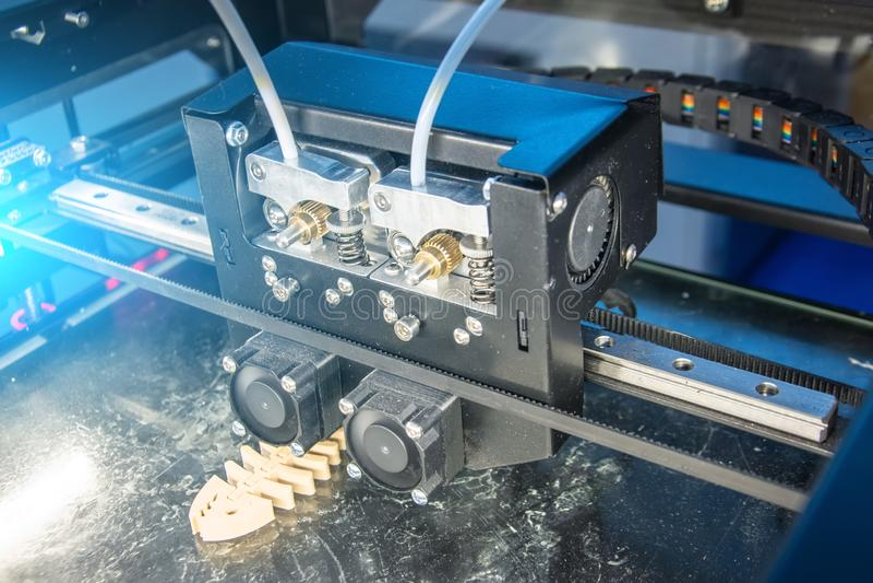 Visión ascendente cercana, impresora plástica dimensional electrónica durante trabajo en laboratorio, 3D impresora, impresión 3D imagenes de archivo