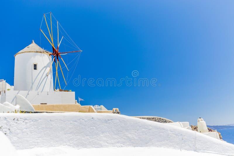 Visión asombrosa con las casas blancas en el pueblo de Oia fotos de archivo