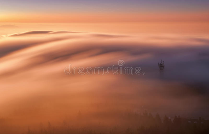 Visión asombrosa desde el pico de montaña bromeado durante día de invierno frío Liberec, República Checa foto de archivo