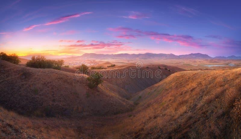 Visión asombrosa desde la colina en el valle de la montaña foto de archivo